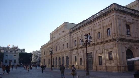 Un autobús se encaja en la plaza de San Francisco de Sevilla